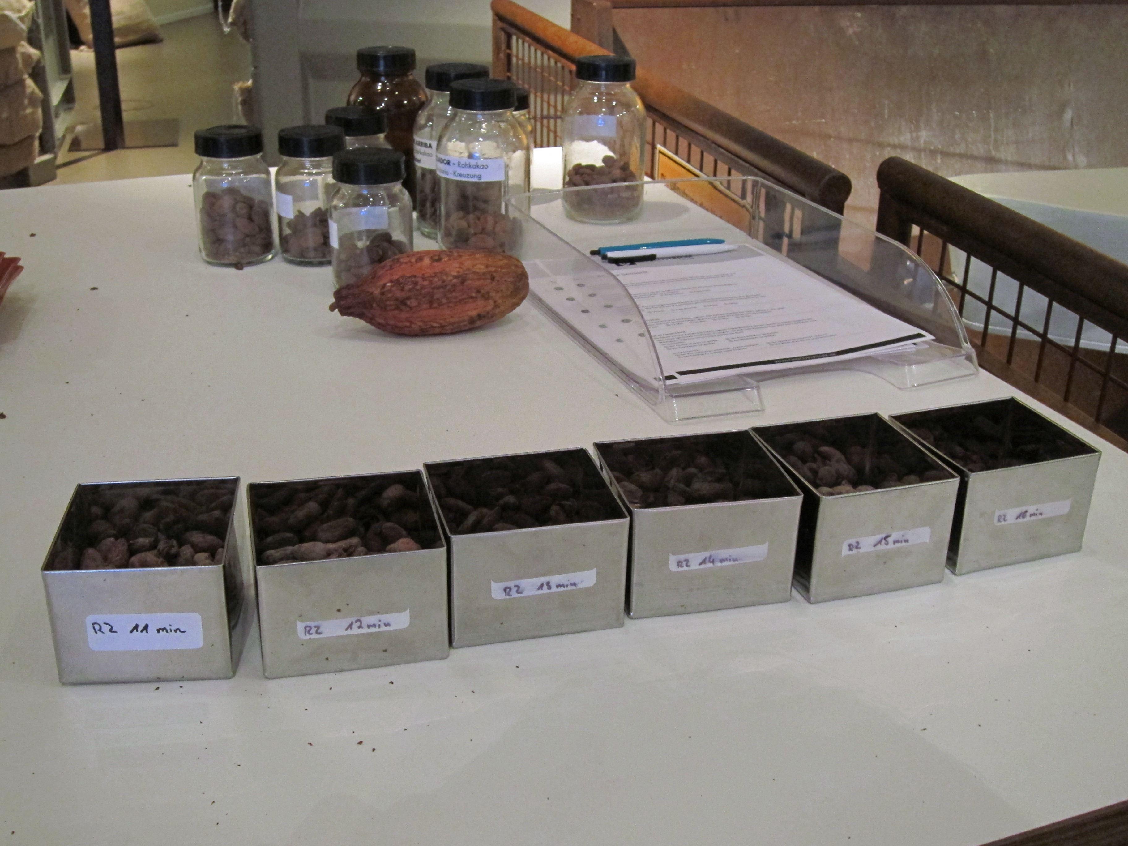 Dosen mit unterschiedlich lang geröstetem Kakao
