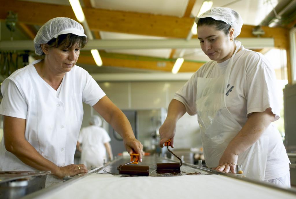Zotter-Arbeiterinnen an handgeschöpfter Schokolade